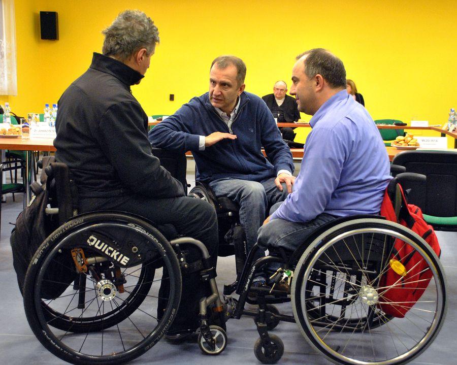 Szekeres Pál miniszteri biztos a MEOSZ elnökségi tagjaival, Braun Jánossal és Csiszár Attilával